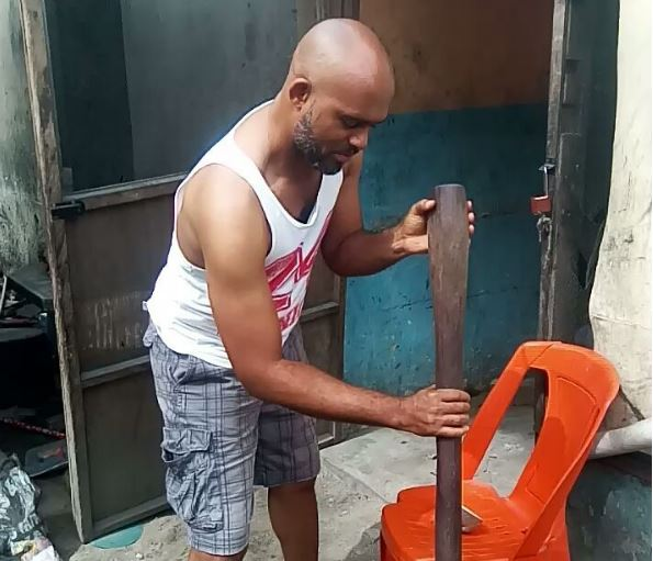 See Cute Actor, Leo Mezie helping Wife in Pounding Yam